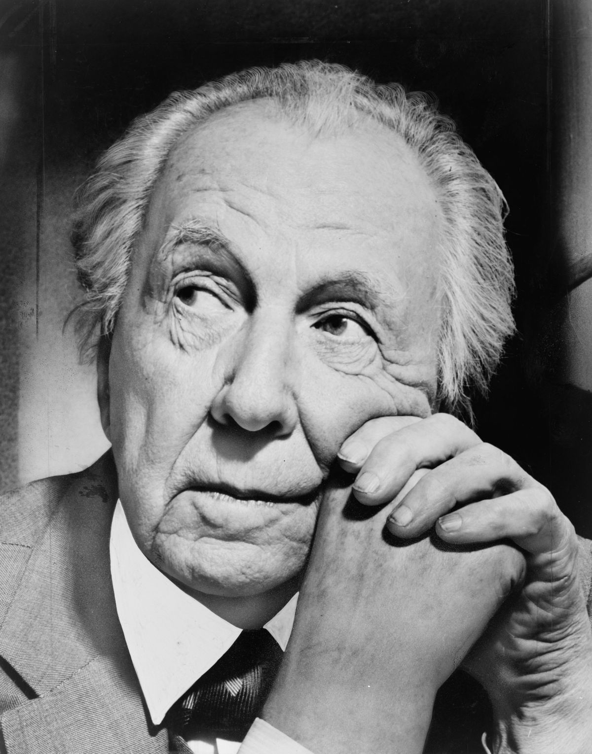 Frank_Lloyd_Wright_portrait.jpg